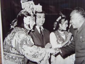 新华社老照片:【※ 1959年,朱德和著名京剧演员梅兰芳握手,左二为著名京剧演员李少春※】
