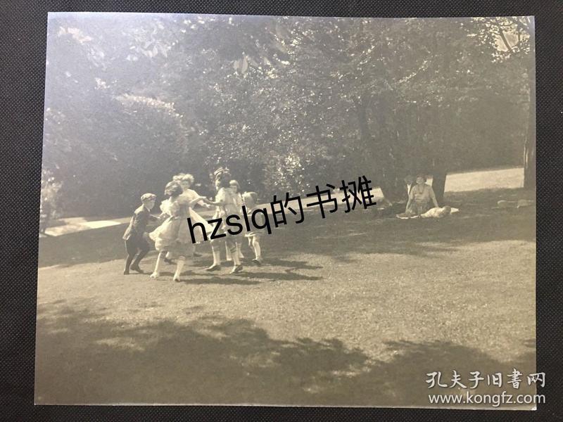 【经典摄影】1920年代美国现实主义先锋摄影系列_草坪上嬉戏的孩童(美籍摄影家F.Y.Ogasawara作品)