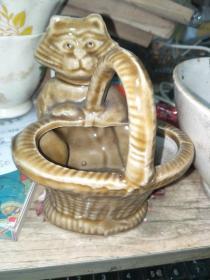 小猫挎篮子酱黄釉瓷烟灰缸(自然开片,做工精良,值得珍藏)