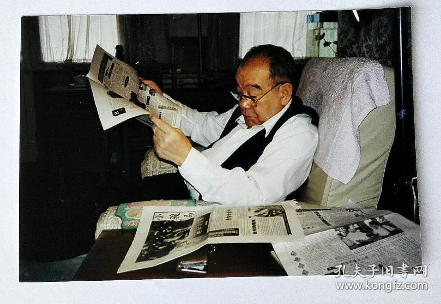 老照片 布赫同志在读报