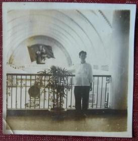 老照片:50年代,罗汝荣留影,背景是国旗,好像是毛主席抱小孩的像,十分罕见!!!【湖南长沙印尼归国华侨——罗汝荣,广州→长沙学习、工作、生活系列】