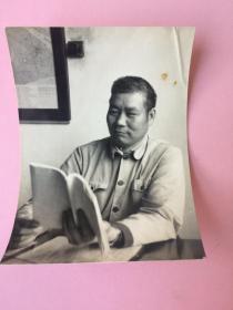 照片,男子看书