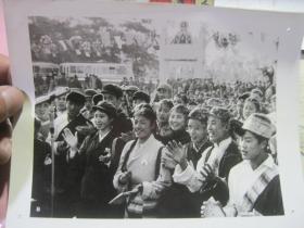 文革照片一张《各族人民欢聚》
