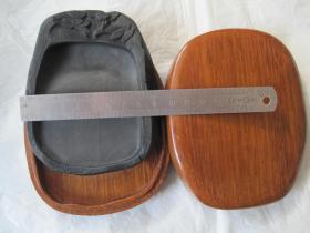 ﹝日本回流﹞端砚一 老坑带眼的随形精工砚台 配定制木盒。雕工好。小巧精制,全新未使用