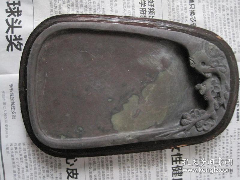 日本回流,带大块翡翠绿的老坑端砚《 老坑旧料,坑仔砚》手感很好,外盒上盖缺失