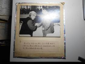 大照片:《国家领导人胡耀邦和中国曲艺家协会主席、著名京韵大鼓演员骆玉笙 握手》