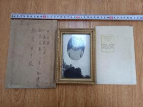 1939年大坂每日新闻社寄给遗族的《侵华日军战死者遗照》共三张,一张木质相框装裱内附明信片,一张纸质相册装裱,一张未装裱,附信封一个