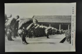 侵华史料《南京入城式 日军官向天皇居所方向遥拜 高喊万岁 》1937年12月23日 图为十二月十七日南京入城式的日军官 读卖新闻社 右侧有事件详细说明  历史老照片