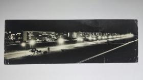 1950~60年代夜景艺术摄影作品横幅照片30x10厘米,银盐纸基,1950-60年代拍摄洗印。慢门广角,拉出了光影流线,令人赏心悦目。老式进口相纸。