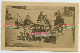清代老北京的茶水摊,普通劳力坐下休息老明信片