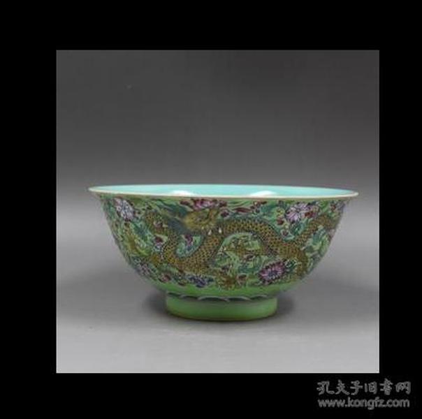 清雍正年制绿地粉彩穿花龙纹碗