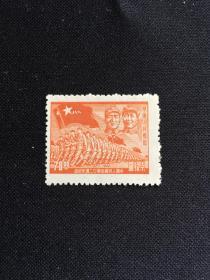 """解放区邮票 新票 中国人民解放军廿二周年纪念 1927——1949年 柒拾元(70元) 华东人民邮政 建军邮票 毛泽东主席和朱德总司令头像下,一队队高举""""八一""""军旗步伐整齐、奋勇前进的中国人民解放军队伍。这是两位领导人首次共同出现在邮票上,也是我国首枚""""八一""""军旗邮票,更是第一次全面展示人民军队整体风貌的珍邮。"""