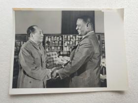 新华社记者摄,毛主席晚年照片:《毛主席1973年11月7日接见塞拉勒窝总统》(20.5X15.5厘米)