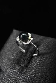 《墨西哥蓝珀饰品》戒指1枚 纯天然 墨西哥蓝珀戒面直径:6.3mm 手工S925银戒托 戒指大小可调整 总重量1.24g 。