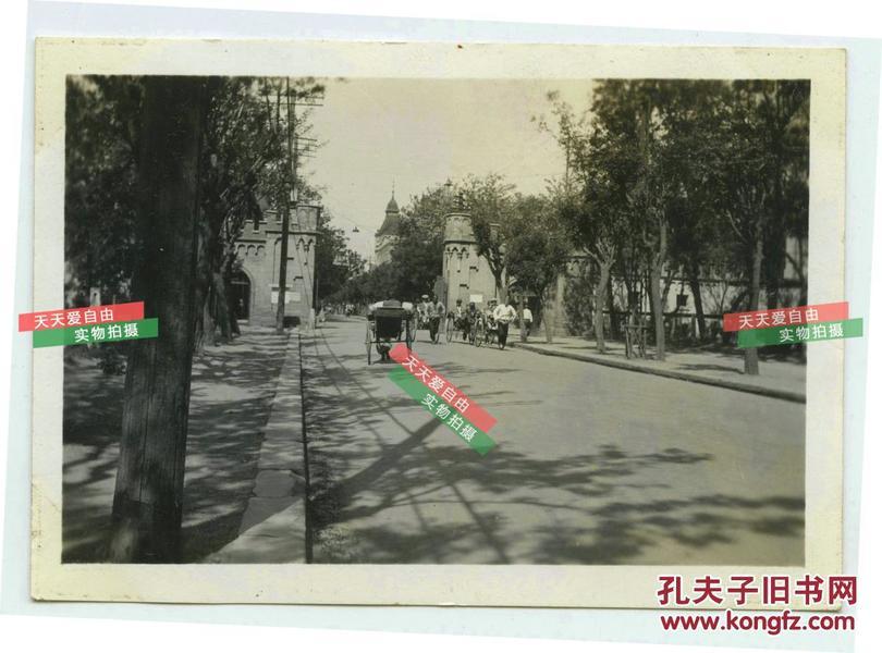 民国1935年8月5日拍摄的北京交民巷哈德门一侧使馆区入口街道老照片。