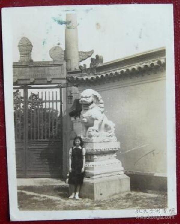 民国老照片:民国文庙(学宫)门口,石狮旁美女。1946年背面有题【桐阴委羽系列】