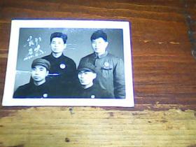 老照片 2寸文革1970年战斗在召唤戴毛主席像章