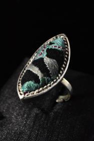 《苗银刺绣戒指》一枚 平绣 民族风手工苗银饰品 戒面尺寸:3.4*1.65cm 总重量:7.59g 。戒指大小可调整。 这款戒指采用的是苗银平绣工艺,做旧复古风格,戒指看上去很漂亮。复古、时尚。历史的沉淀与现代的完美结合,很有韵味的一款