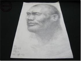 【上世纪五、六十年代一位老画家人物头像素描手工画稿·之一】,铅笔手工绘制,专用厚版素描纸,8开,尺寸:38.1厘米×26.1厘米,画稿右下角有英文签名,但是款名不认识。        该幅素描的画面层次自然鲜明,人物面部表情凝重传神,带给人一种强烈的视觉冲击效果,可以感受到这位画家非凡艺术功底,据此判断作者应该一位绘画大家。