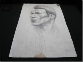 【上世纪五、六十年代一位老画家人物头像素描手工画稿·之四】,铅笔手工绘制,专用厚版素描纸,8开,尺寸:38.1厘米×26.1厘米,画稿右下角有英文签名,但是款名不认识。        该幅素描的画面层次自然鲜明,人物面部表情凝重传神,带给人一种强烈的视觉冲击效果,可以感受到这位画家非凡艺术功底,据此判断作者应该一位绘画大家。