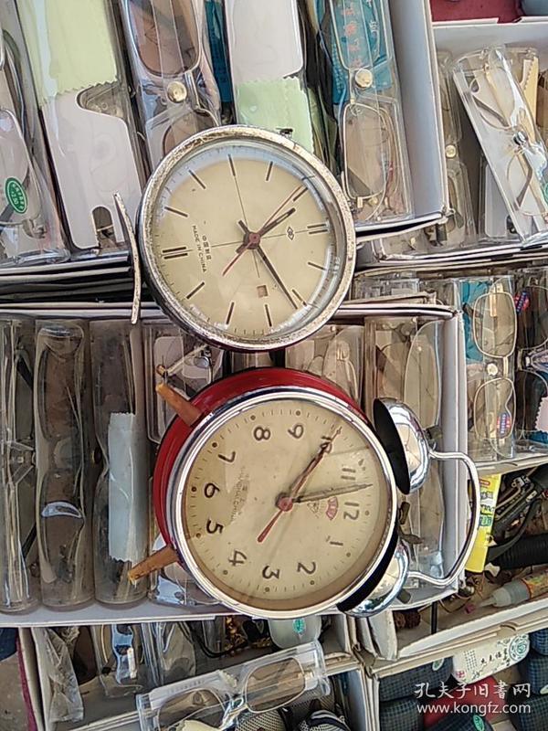 闹钟。两个