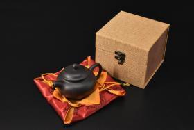 (V2311)紫砂壶《手工仿古壶》全新手工壶,原矿黑砂泥,壶嘴到壶把长13.8cm,宽9.3cm,高8.7cm,精品盒,底托是拍摄道具非商品。
