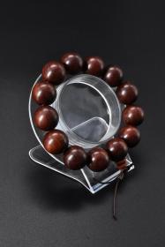 《红檀木手串》1件   周长:18cm   单颗直径:17.9mm。重42.00g 红檀木结构略粗至细,纹理波状或交错。木材有光泽,材质甚重硬。