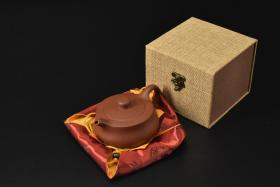 (V2188)紫砂壶《手工追极壶》全新手工壶,原矿朱泥,壶嘴到壶把长14.7cm,宽11cm,高6.7cm,精品盒,底托是拍摄道具非商品。