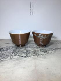 清代 紫金釉茶杯一对 口径5.7高4cm。其中一个有堆白的全完整。另一个口沿丁点小虱咬(最后一图)。