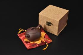 (V2182)紫砂壶《手工梅桩西施壶》全新手工壶,原矿紫泥,壶嘴到壶把长12.5cm,宽8.5cm,高7.5cm,精品盒,底托是拍摄道具非商品。
