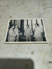 新华社供稿照片   毛、周、朱、刘四伟人在一起讨论国家大事