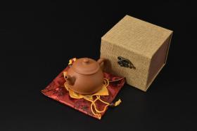 (V2183)紫砂壶《手工潘桃壶》全新手工壶,原矿段泥,壶嘴到壶把长12.2cm,宽8.4cm,高8.5cm,精品盒,底托是拍摄道具非商品。