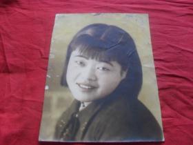 民国大幅手工上色老照片----《清纯漂亮的美女》上色漂亮!老照片的魅力恰恰记录了心灵的回想!向过往的年代致敬!
