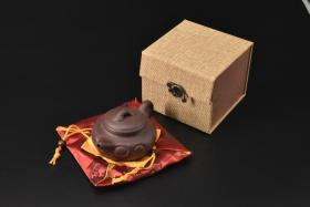 (V2185)紫砂壶《手工如意壶》全新手工壶,原矿紫泥,壶嘴到壶把长13.5cm,宽9.2cm,高7.2cm,精品盒,底托是拍摄道具非商品。