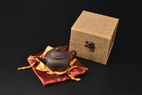 (V2191)紫砂壶《手工水平壶》全新手工壶,原矿紫泥,壶嘴到壶把长12.7cm,宽7.9cm,高7.3cm,精品盒,底托是拍摄道具非商品。