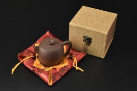 (V2184)紫砂壶《手工方嘴巨轮珠壶》全新手工壶,原矿紫泥,壶嘴到壶把长11.9cm,宽8.2cm,高7.9cm,精品盒,底托是拍摄道具非商品。