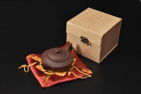 (V2189)紫砂壶《手工汉云壶》全新手工壶,原矿紫泥,壶嘴到壶把长15.5cm,宽10.4cm,高6.9cm,精品盒,底托是拍摄道具非商品。