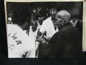 【上世纪九十年代北京大学教授季羡林先生黑白原版照片1张(带原始底版胶片)】,尺寸(长×宽):12.0厘米×9.0厘米。