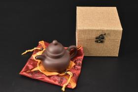 (V2199)紫砂壶《手工掇球壶》全新手工壶,原矿紫泥,壶嘴到壶把长14.3cm,9cm,高11cm,精品盒,底托是拍摄道具非商品。