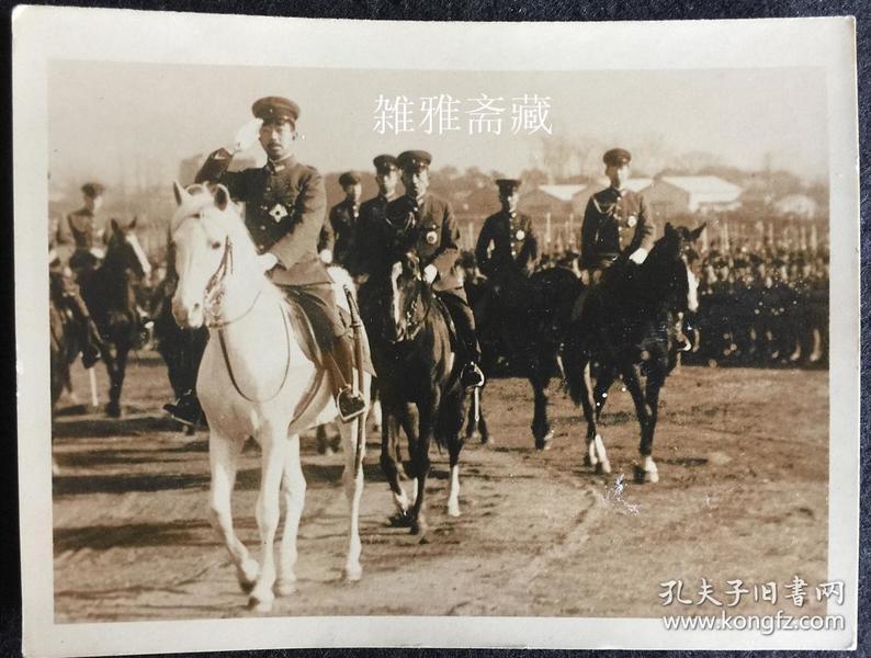 裕仁天皇骑白马视察侵华日军的照片 珍贵的银盐原版照片 现货包邮 (谢绝还价)