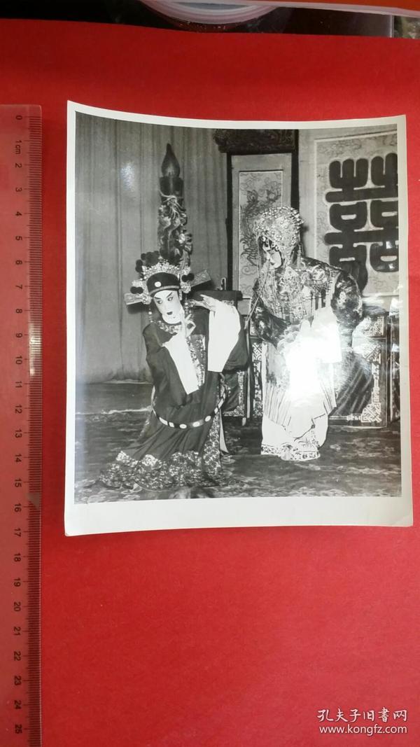 1961摄影家马昭运拍摄的严凤英《女驸马》潘璟俐《黛玉焚稿》剧照的80年代冲洗照片,背面有马昭运手写说明
