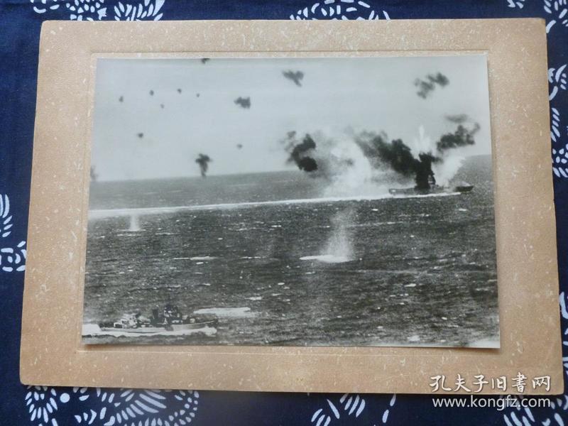 民国大幅银盐照片 1942年5月美国日本航空母舰编队珊瑚海海战 美军航母列克星敦号被击沉瞬间 背面有文字说明 1942年日本读卖新闻社发行