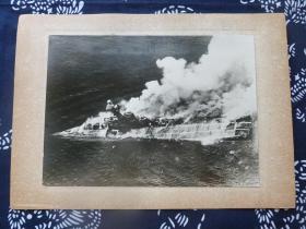 民国大幅银盐照片 1942年4月9日英国海军航母竞技神号被日军轰战机击沉瞬间 背面有文字说明 1942年日本读卖新闻社发行