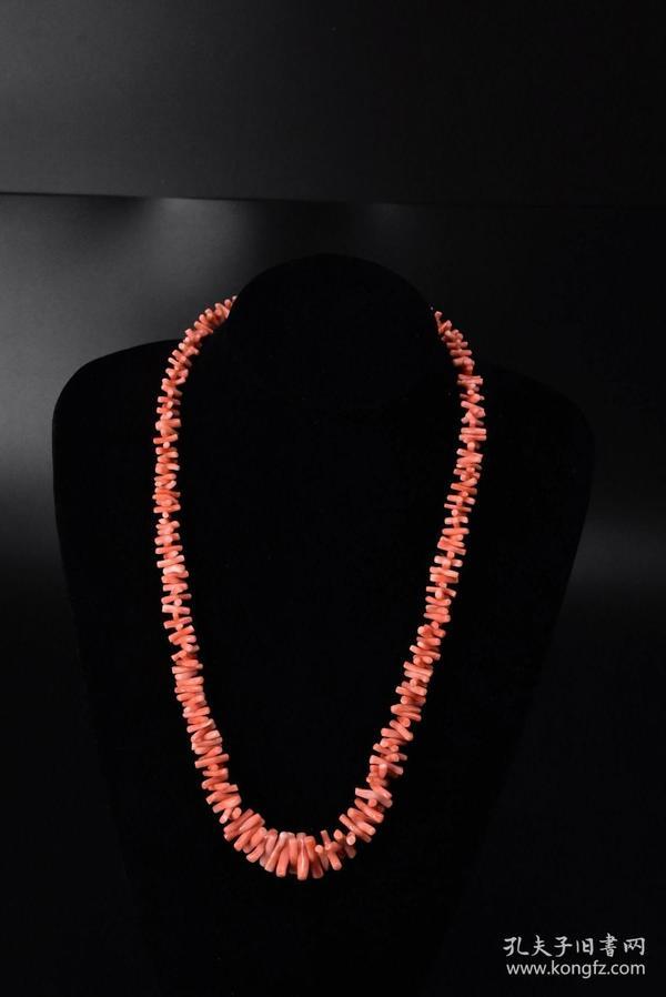 (S0261)《日本珊瑚项链》一条 天然深水珊瑚项链   全长:60cm 总重量:48.42克 中间单颗珊瑚尺寸19*4.5*4.5mm   珊瑚自古即被视为祥瑞幸福之物,它代表高贵与权势,是幸福与永恒的象征