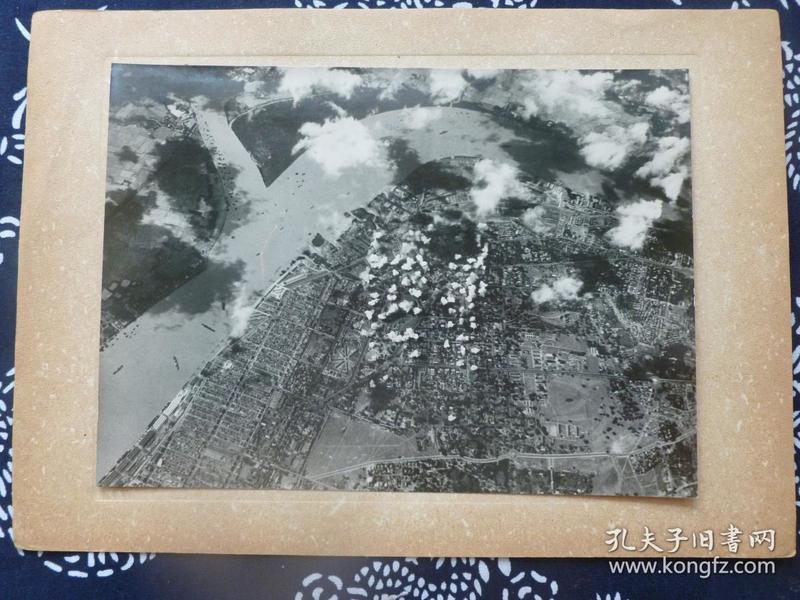 """民国大幅银盐照片 1942年3月中国远征军戴安澜200师与日军在缅甸同古交战 史称""""同古保卫战"""" 图片为日飞机空中拍摄 背面有文字说明 1942年日本读卖新闻社发行"""