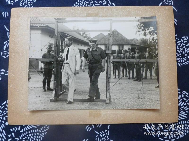 民国大幅银盐照片 1942年荷属印尼总督斯塔夏麦尔被日军俘虏 与日陆军司令一起走出总督府 背面有文字说明 1942年日本读卖新闻社发行