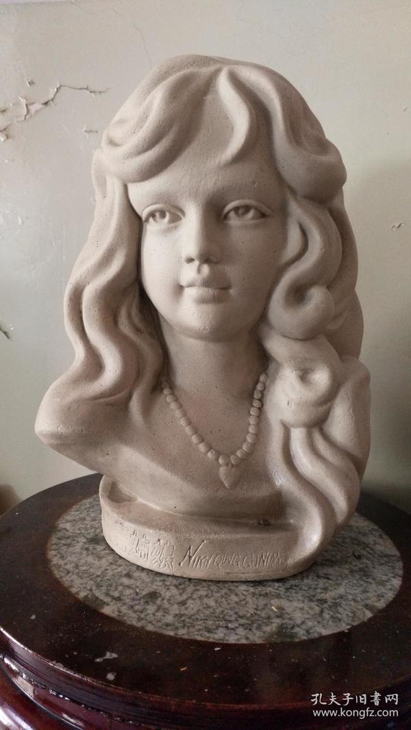 石膏年青美女