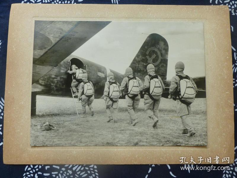 民国大幅银盐照片 1942年3月日军空袭苏门答腊巨港前伞兵登机 背面有文字说明 1942年日本读卖新闻社发行