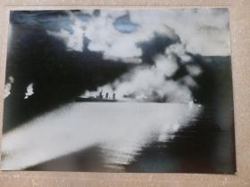 民国大幅银盐照片 1942年8月日军美军在太平洋所罗门大海战 背面有文字说明 1942年日本读卖新闻社发行