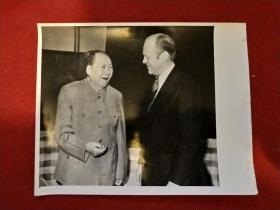 新华社记者摄,毛主席照片一张:《1975年12月2日会见美国总统福特》(25.5X20.5厘米,背面有文字说明)——毛主席最后岁月的外交活动,令人心酸泪奔、这也是邓小平同志最后一次见到毛主席